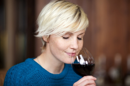The researchers found that bunch rot infection increased the peach-like/fruity, floral and liquor-like/toasty aroma notes in all of the affected wine samples, leading the panel to rate its odor as more pleasant than the healthy control samples. Image by Shutterstock
