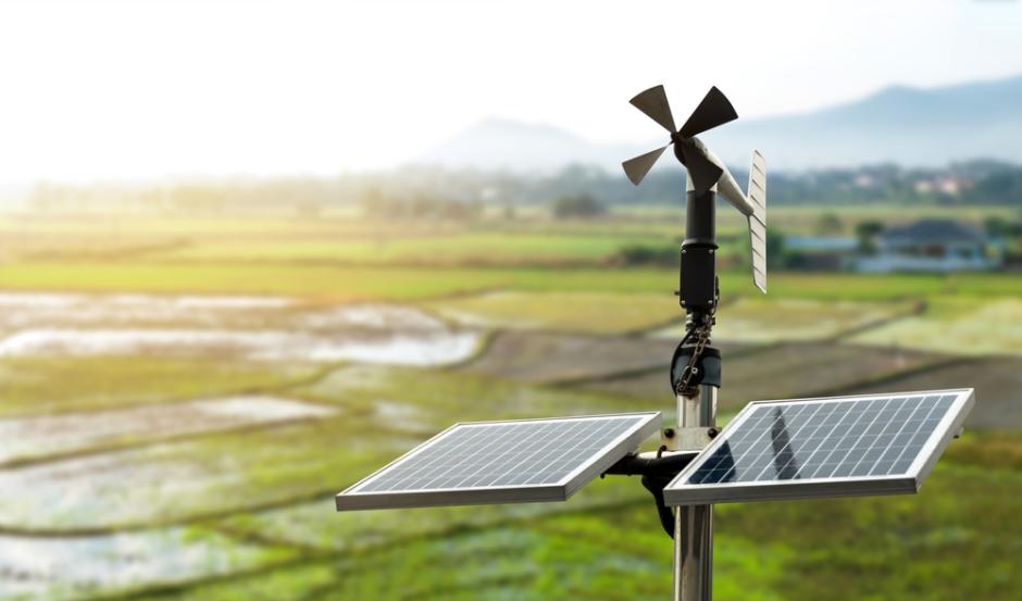 智能农业和智能农业技术概念。旋转叶片风速计,稻田背景风速和太阳能电池系统的气象仪器